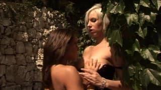 Duas beldades loiras estão preparados para ter sexo lésbico