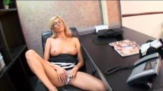 Loira ninfo é seduzida por seu colega