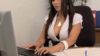 Secretária safada seduz seu cliente