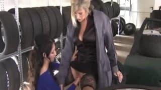 Fistfucking na loja de pneus