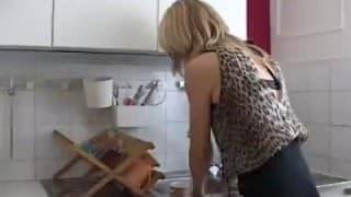 Mulher madura recebe uma visita erótica