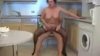 Uma velha gorda na cozinha