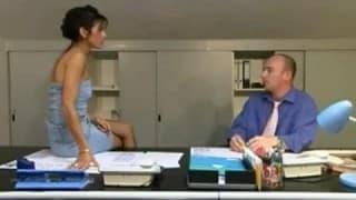 Uma secretaria adora levar no rabo