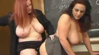 Strap-on para duas lésbicas bem quentes