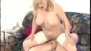 Esta mulher de idade fode com jovem!