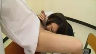 Colegial oriental se masturbando na sala de aula