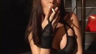 Uma fumadora comida a força