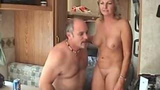 Casal de velho transando numa roulote