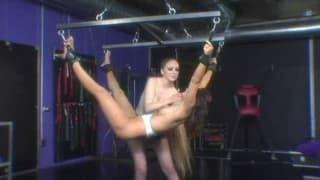 Duas lésbicas experimentando a primeira sessão de BDSM
