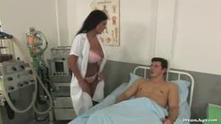 Uma enfermeira com peitos naturais