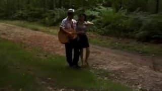 Menina árabe passeia nos bosques