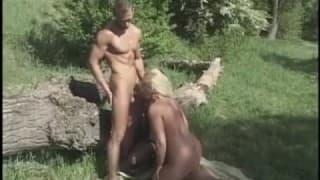 Uma loira e dois bissesxuais no meio da natureza