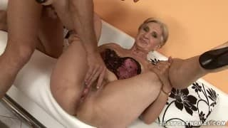 Velha loira agarrada ao sexo
