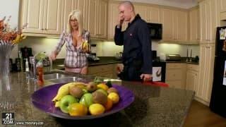 Mamãe sensual transando na cozinha