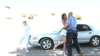 O policial relaxando na bunda da puta