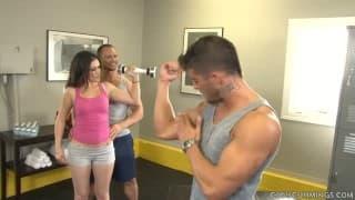 Dois bissexuais musculados transando com uma garota
