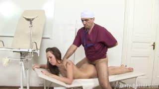 Garota salta pra cima da rola do médico!