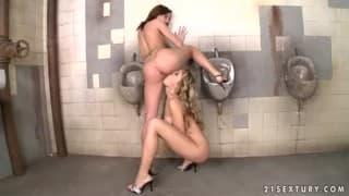 Duas lésbicas se fudendo num banheiro público