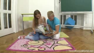 Dois estudantes decidem experimentar o sexo