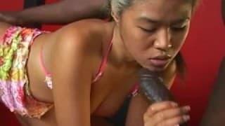 Uma asiática muito animado suga um galo negro