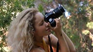 Um fotógrafo que desfruta da natureza