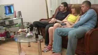 Uma loira testa o sexo em grupo