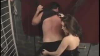 Um homem submisso com essa dominatrix