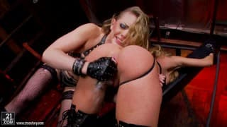 Kagney Linn Carter e Amy Brooke num pornô lésbico