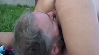 Uma loira com tesão e um velho fazendeiro