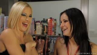 Emma e Abbie Cat - Duas lésbicas com strap-on