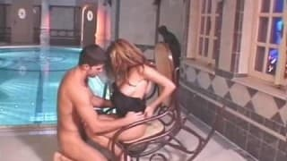 Transando na piscina interior