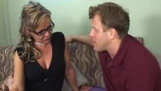 Kelly Leigh, uma mulher madura com um rapaz animado