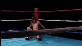 Um anão fode no ringue