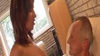 Suzie suga o pênis de um velho
