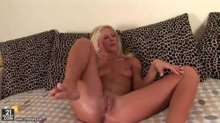 Evelyne Foxy se masturbando com um taco de beisebol