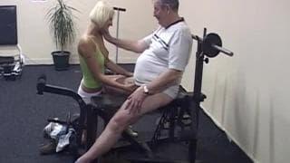 Martine brinca com o pênis de um velho