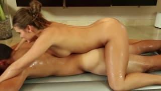 A massagem sensual de Abby Cruz