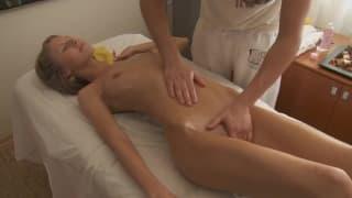 Anjelica quer prazer com uma massagem