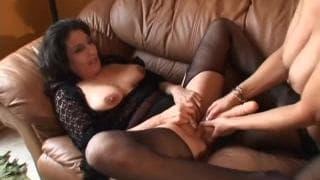 Kelly Leigh e Sancha- Masturbação lésbica no sofá