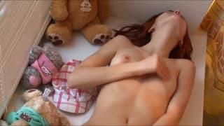 Uma jovem que gosta de tocar-se entre as pernas
