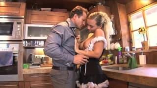 Mia Leone- A criada fode na cozinha
