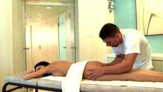 Morena chupa a rola do massagista
