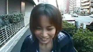 Japinha com uma buceta peluda na rua