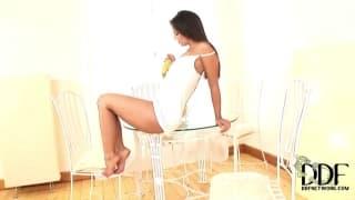 Eve Angel está usando uma banana para masturbar seu bichano