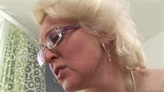 Bella Baby tem sexo com uma lésbica madura