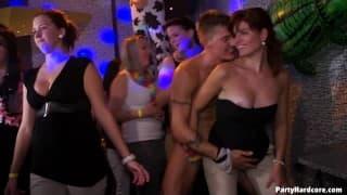 PartyHardcore - Um momento de sexo grupal na boate