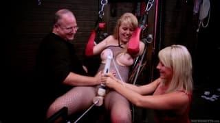Emma Ash em um vídeo de dominación sexual
