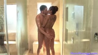 Kayla Carrera libera uma massagem gostosa pra seu homem