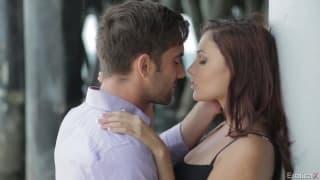 Ariana e seu namorado em uma grande cena de pornô erótico