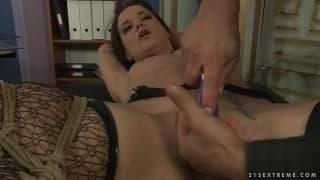 Andy Brown nesta cena de bondage safado tomando prazer